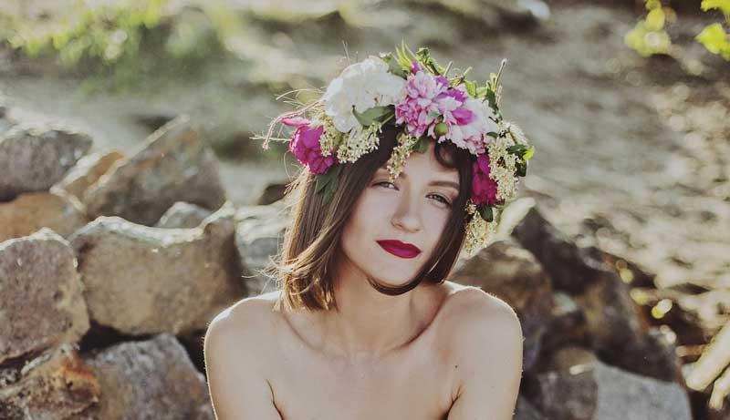 bride-wears-flower-crown-at-her-wedding-800×461